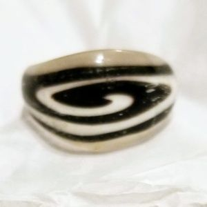 Jewelry - Black and White Glass Ring
